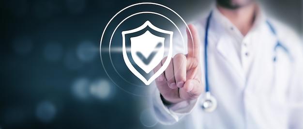 El doctor hace clic en el icono de antivirus en la pantalla