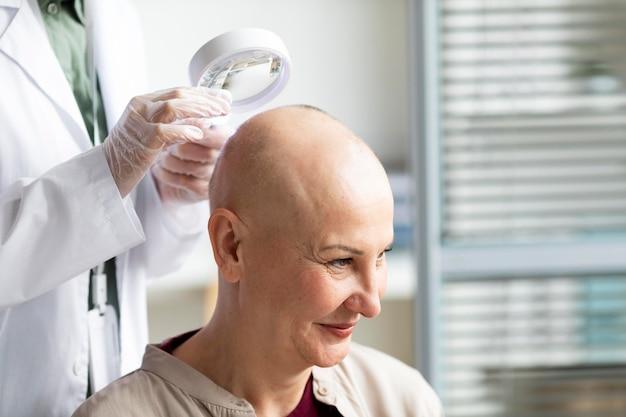Doctor haciendo un chequeo a un paciente con cáncer de piel