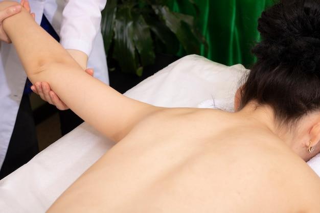 Doctor haciendo masaje de manos en la clínica. procedimiento de cura