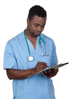 Doctor hombre afroamericano con clipbaord aislado en un fondo blanco