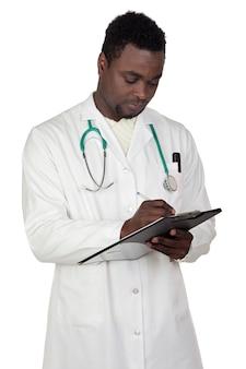 Doctor hombre afroamericano escribiendo un fondo blanco