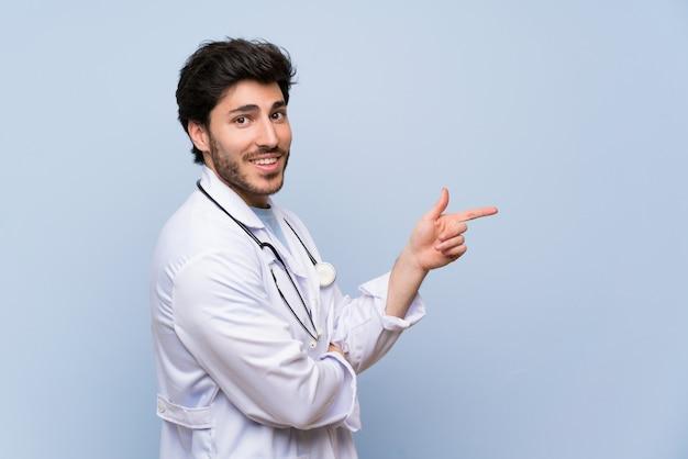 Doctor hombre apuntando el dedo hacia el lado