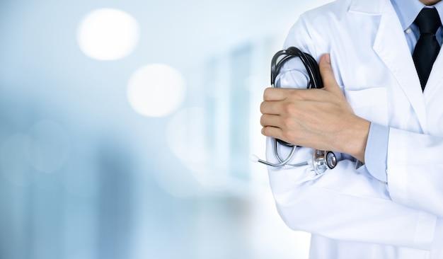 Doctor hombre en hospital