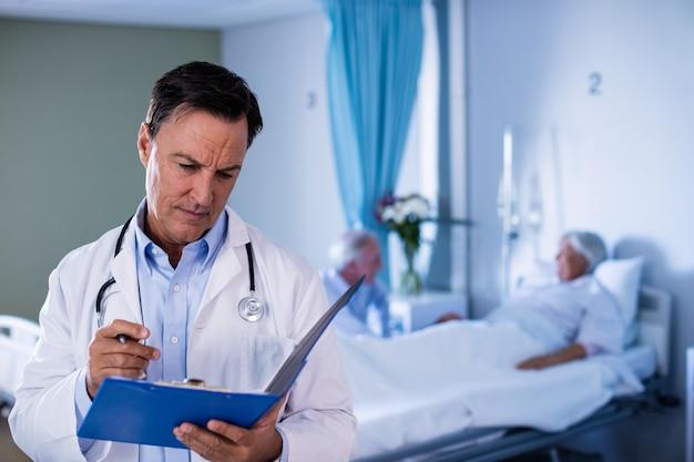 Doctor hombre mirando informe médico