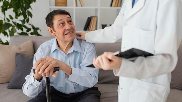 Doctor y hombre sonriente de cerca