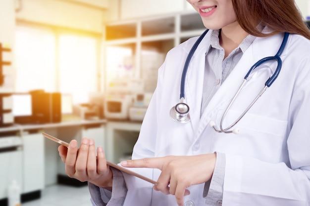 Doctor en el hospital trabajando con tecnología moderna para la salud.