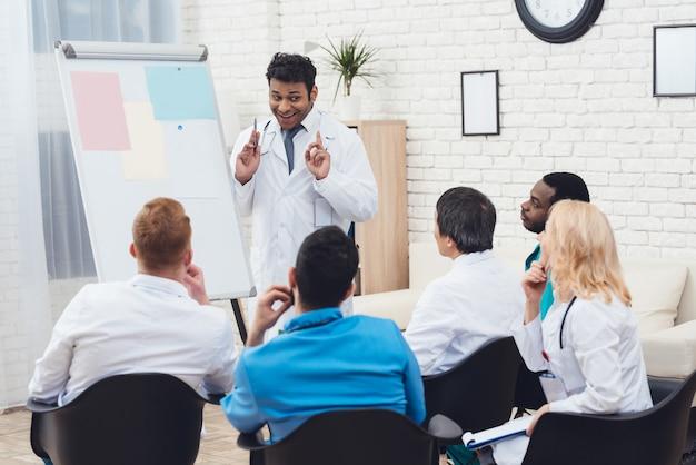 Doctor indio comparte experiencia con colegas.