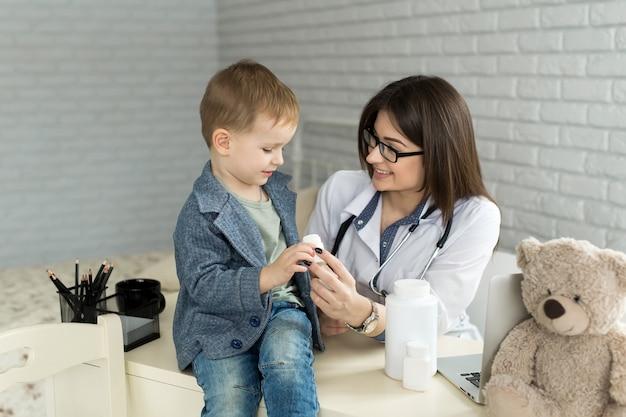Doctor jugando con un bebé