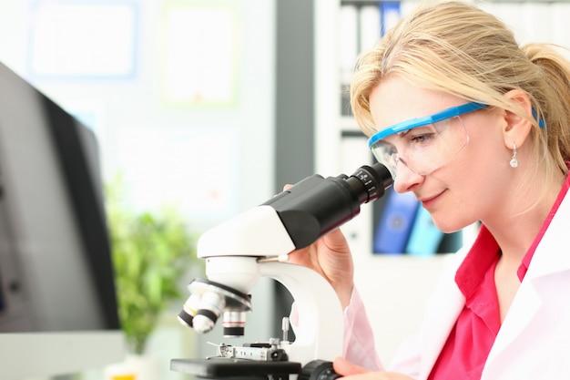 Doctor de laboratorio analizando la investigación del microscopio