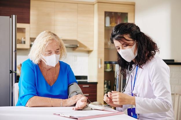 Doctor llenando el historial médico