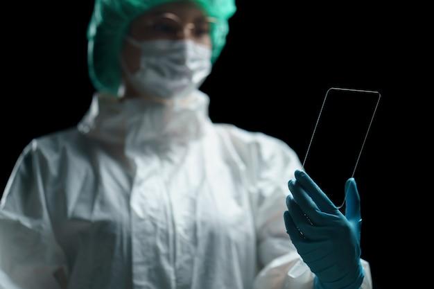 Doctor mano sostenga la tableta transparente que muestra la pantalla vacía en la pantalla.