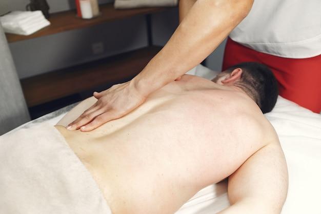 El doctor masajea al hombre en el hospital.