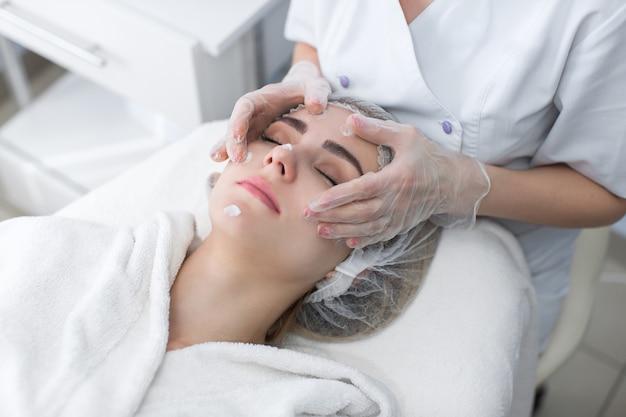 Doctor masajeando la cara del paciente