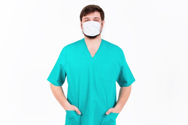 Doctor en máscara se encuentra en la pared blanca