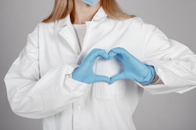 Doctor en una máscara médica. tema de coronavirus. aislado sobre fondo blanco
