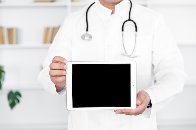 Doctor masculino manos sosteniendo foto simulacro