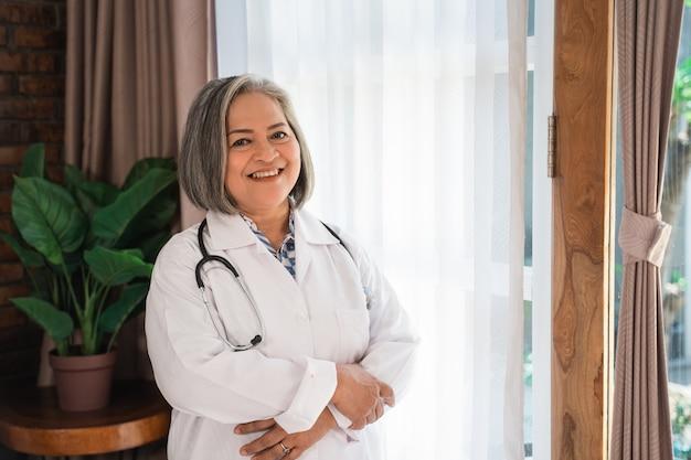 Doctor mayor con una sonrisa