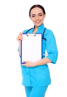 Doctor en medicina mujer mostrar portapapeles en blanco vacío