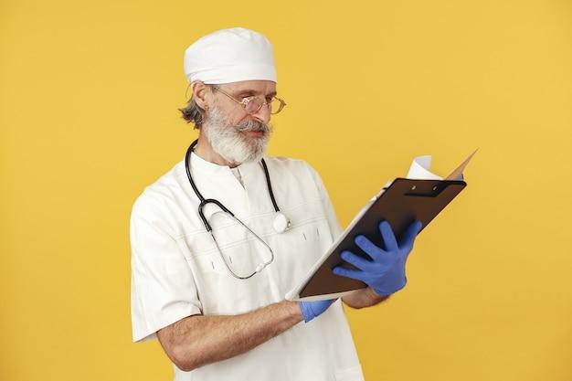 Doctor en medicina sonriente con estetoscopio. aislado. hombre en guantes azules.