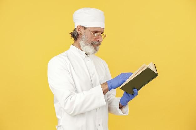 Doctor en medicina sonriente con portátil. aislado. hombre en guantes azules.