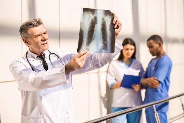 El doctor mira una radiografía en el hospital