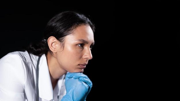 Doctor molesto de cerca con guantes