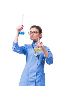 Doctor de la mujer que hace las pruebas químicas aisladas en blanco