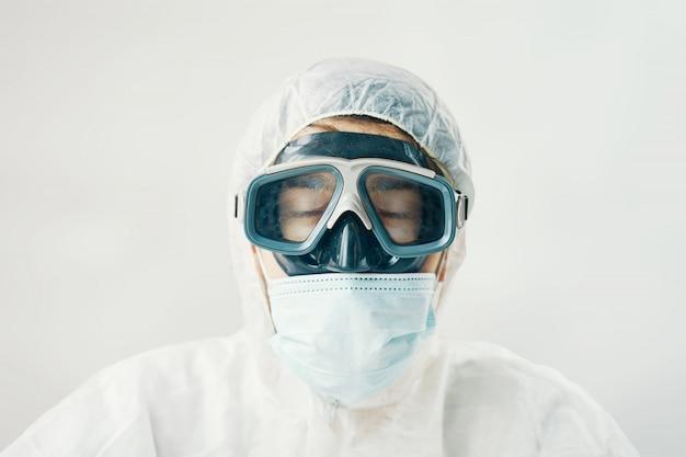 Doctor muy cansado en traje de peligro biológico