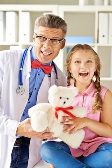 Doctor y niña pequeña riendo