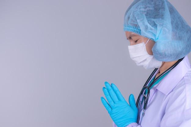 El doctor está orando a dios pidiéndole que el covid-19 no se extienda más allá del control.