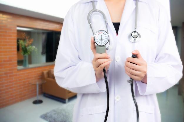 Doctor en paciente borrosa en sala de emergencia