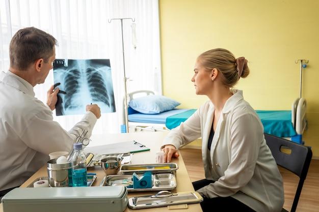 Doctor y paciente en hospital