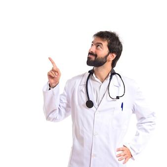 Doctor pensando sobre fondo blanco aislado