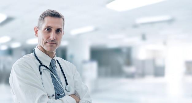Doctor de pie en pose segura, esperando ayuda a su paciente en su oficina