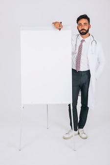 Doctor posando con la pizarra blanca