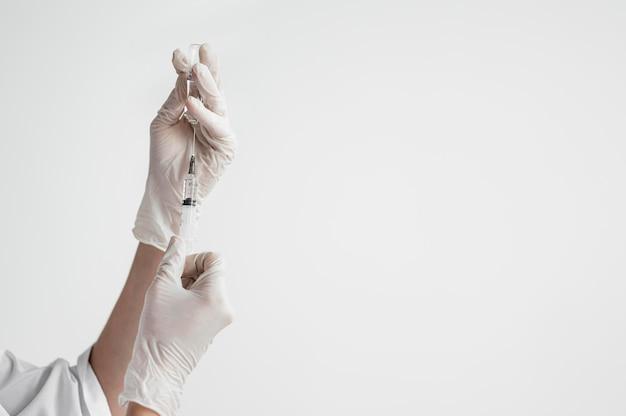 Doctor preparando vacuna médica