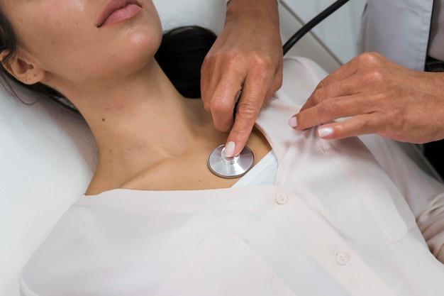 Doctor que controla la frecuencia cardíaca de un paciente
