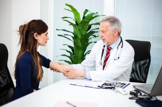 Doctor que controla la presión arterial de un paciente