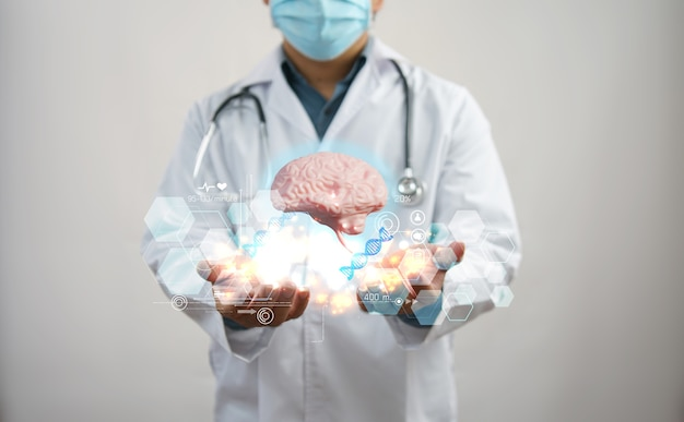 Doctor revisando el cerebro. concepto de diagnóstico temprano, ciencia y medicina