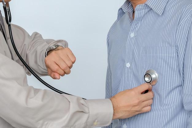 Doctor revisando el corazón del paciente con equipo médico