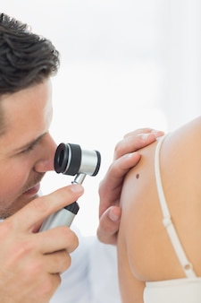 Doctor revisando mole en mujer