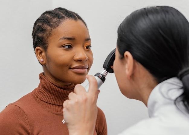 Doctor revisando el ojo del paciente de cerca