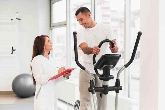 Doctor revisando paciente haciendo ejercicios