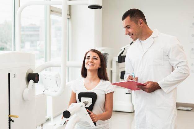 Doctor revisando paciente trabajando