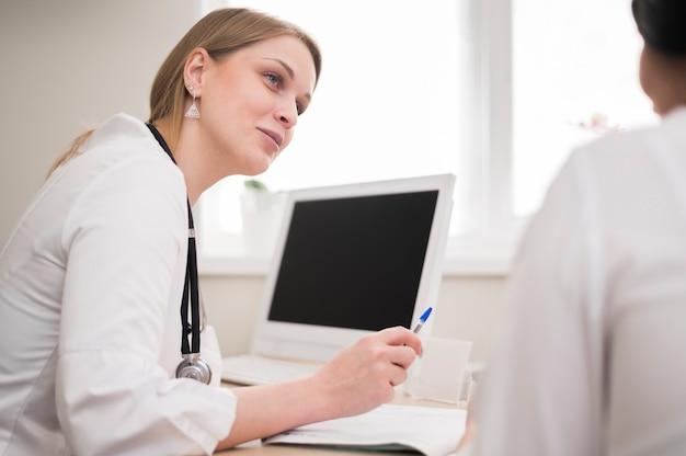 Doctor revisando paciente