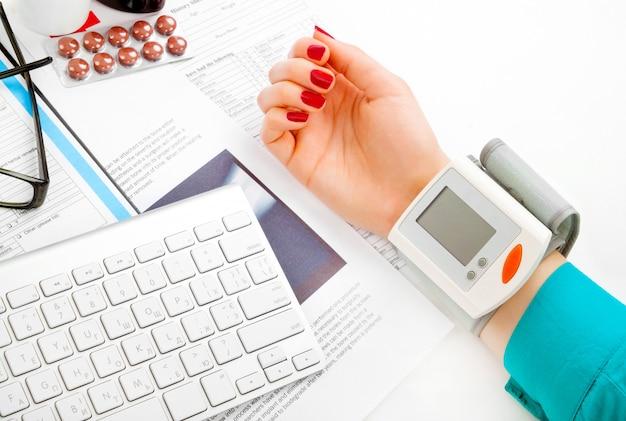 Doctor revisando la presión arterial