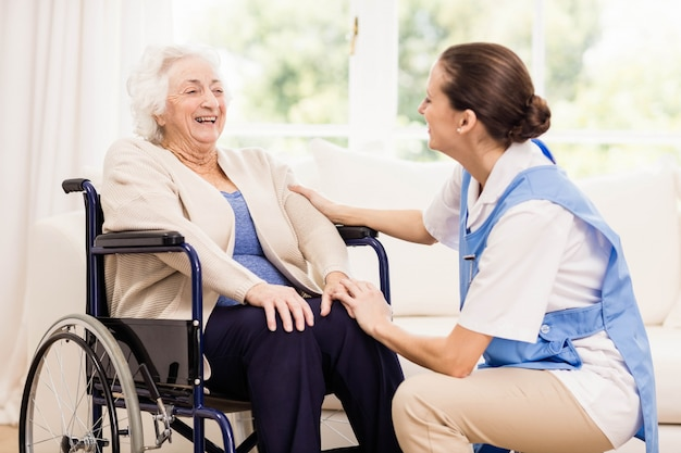 Doctor revisando la salud de los pacientes en casa