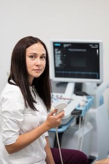 Doctor revisando la salud de los pacientes