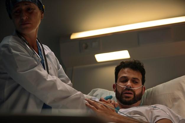 Doctor revisando a uno de sus pacientes