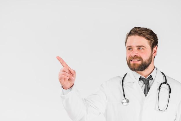Doctor señalando y mirando a otro lado